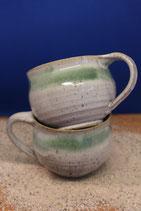 Bauchige Tasse mit Spots und grün
