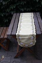 gelber Tischläufer mit weißen Blümchen Frühling