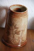 getöpferter brauner Bierkrug mit Baum Spatenmotiv Töpferei Bundels