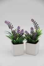 kleine lila Kunstblume in weißem eckigen Übertopf Lavendel
