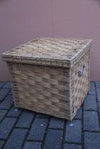 quadratischer Wäschepuff Wäschekorb mit Deckel eckig heller Korb auf Metallfüßen