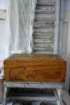 Dekorative alte Holzkiste Werbung Hoffmann Chat Frankreich