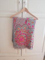 grijze wollen sjaal met bloemenprint