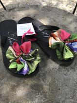 Flip Flop schwarz, Grösse 36-38, Flores aus einem bunten Seidenfoulard
