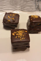 Petit Four - dünn gebackener Mandelbiskuit gefühlt mit verschiedenen Cremes, mit dunkler oder weißer Schokolade überzogen