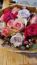 Bunter kurzgebundener Rosenstrauß