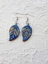 Ohrring mit handgeschnitzten Taguablatt in blau