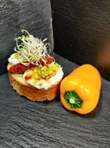 karamelisierter Ziegenkäse mit getrockneten Tomaten und Pistazien