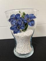 Vase mit Orchideen blau