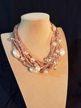 Collier court, ras de cou, multi-rangs cristal effet cuivre et perle de verre nacrée.
