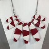 Rot/Weiß gestreifte Kette mit länglichen Elementen