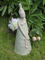 Gartenzwergin zart glasiert mit ausmodellierten Gesicht