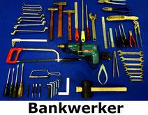 gereedschapsset voor bankwerker met verschillende soorten hamers, vijlen, schroevendraaiers, sleutels, enz.