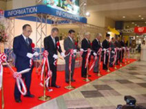 Эдогава III (с левого края) участвует в церемонии открытия выставки Osaka Fishing Show в качестве председателя Всеяпонского совета по честной торговле рыболовными удилищами.