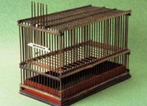 """قفص طيور """"ساشيكو"""" لطائر العين البيضاء، من صنع جيسابورو ساكوراى منذ عام 1868. القفص مزين بالعاج، ومطلي بالأوروشي (طلاء ياباني نقي)."""