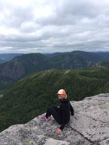 Portrait Ariane Desharnais randonnée pédestre au Québec femme sportive conseillère en placements Banque Nationale BNC experte à l'Académie des Autonomes