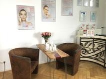 Bild von Beratungstisch mit zwei Sesseln und Verkaufstresen
