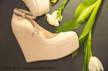 Туфли оттенка светлой пудры на платформе со стразами