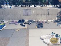 Schuhe ausziehen vor Tempel Thailand