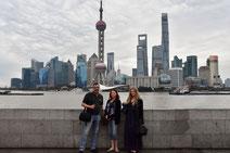 Mit Familie vor der eindrücklichen Skyline von Shanghai