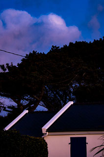 Plouguerneau maisons ciel bleu crépuscule minimaliste