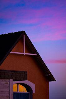 Plouguerneau maisons ciel bleu crépuscule minimaliste bleu rose violet pink sky clouds
