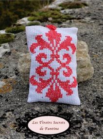 coussin de lavande double fleur de lys rouge, brodé main au point de croix sur une face. Le coussin est fermé par 2 pressions permettant son rechargement