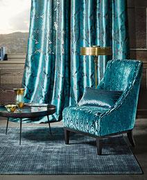 Blauer Vorhang und Sessel aus passenden Stoffen