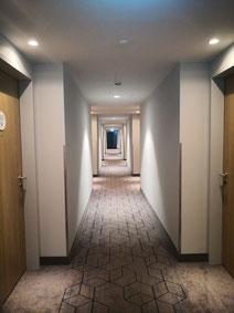 Hotelflur mit LED-Downlights in 2.700 Kelvin, DALI und DC-fähig