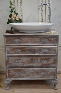 Antiker Waschtisch in Pastelltönen