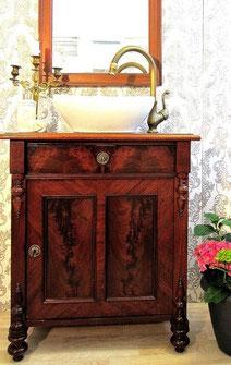 Waschkommode antik mit Verzierungen