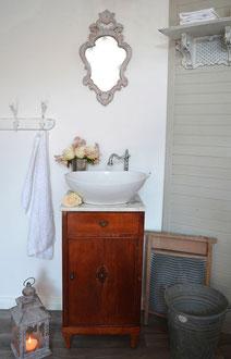 Marmor-Waschtisch mit dunklem Holz