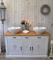Doppelwaschtisch in weiß mit Holzplatte