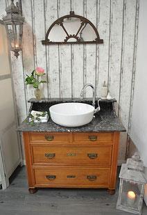 Antiker Waschtisch mit dunkler Marmorplatte