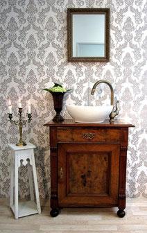 Waschtisch mit dunkler Holzplatte