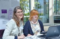 Wohin geht der erste Blick beim Spendenbrief? Beim Fundraising-Forum konnten die Teilnehmer bei Carmen Schulz (IZGS der EHD) (links) mit dem Eye-Tracking testen, wo ihre bewussten und unbewussten Blicke bei Spendenbriefen waren. | Foto: Sabine Schlitt