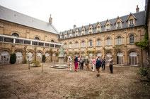 Les amis d'André Hambourg suivent une visite guidée par Annie Madévache, au coeur du projet des Franciscaines à Deauville