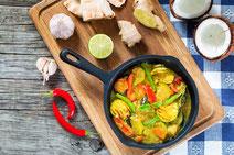 Geprüfte IN FORM-Rezepte, IN FORM, gesunde Rezepte, gesunde Ernährung, gesundes Essen, gesund essen, gesund abnehmen, abnehmen, gesund kochen, DGE, Deutsche Gesellschaft für Ernährung, Rezept, Kochrezept, kochen, Gemüse, Gemüsepfanne, Kokos