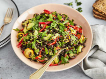 Geprüfte IN FORM-Rezepte, IN FORM, DGE, vegan, veganes Rezept, vegan kochen, vegane Ernährung, vegan essen, gesunde Ernährung, Ernährung, Gesundheit, Belugalinsen-Salat, Belugalinsen, Linsen, Hülsenfrüchte, Salatrezept, veganer Salat, veganer Linsensalat