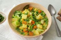 Erbsensuppe serviert in einem hellen Suppenteller.