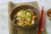 Vegane Misosuppe serviert in einer braunen Suppenschüssel.