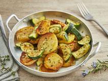 Kartoffel-Zucchini-Gemüse serviert in einer Edelstahlpfanne.