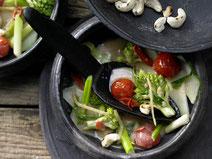 Romanesco-Kohlrabi-Ragout mit Curry-Kokos-Sauce, Romanesco-Kohlrabi-Ragout mit Curry-Kokos-Sauce serviert in einer dunkelgrauen Schüssel, Gemüse, Gemüse-Ragout