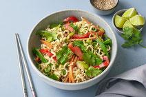 Veganer Asiatischer Nudelsalat, Asiatischer Nudelsalat, Nudelsalat, veganer Nudelsalat, veganer Salat, Salat, Salat serviert in einer hellgrauen Schüssel