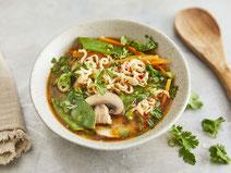 Asiatische Nudelsuppe, serviert in einem weißen Suppenteller.