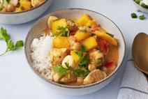 Mango-Curry, serviert in einem hellen, tiefen Teller aus Keramik.