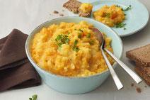 Möhrengemüse mit Kartoffeln serviert in einer hellblauen Schüssel.