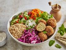 Falafel-Bowl serviert in einer weißen Salatschüssel.
