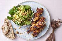 Hähnchenspieße asiatisch, Hähnchenspieße mit Salat, Fleischspieße mit Salat, Fleischspieße serviert mit Salat, Grillspieße, Grillfleischspieße, Hähnchenfleisch, Fleisch