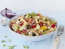 Geprüfte IN FORM-Rezepte, IN FORM, gesunde Rezepte, gesunde Ernährung, gesundes Essen, gesund essen, gesund abnehmen, abnehmen, gesund kochen, DGE, Deutsche Gesellschaft für Ernährung, Rezept, Kochrezept, kochen, Nudelsalat, griechischer Nudelsalat, Salat